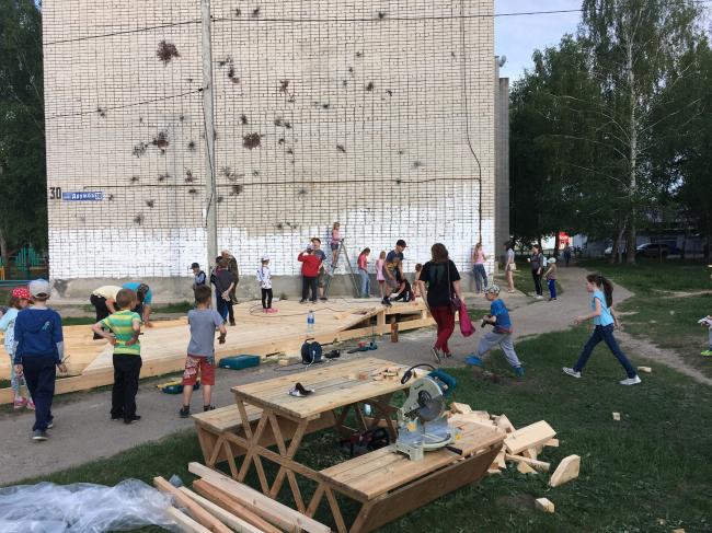 Идет строительство двора в Микрорайоне «Дружба». Фотография: Свят Мурунов