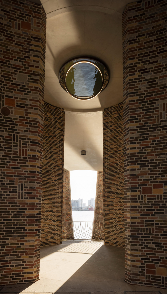 Fjordenhus – штаб-квартира компании Kirk Kapital. Скульптура Олафура Элиассона «Круглое зеркало». Фото: Anders Sune Berg © 2018 Olafur Eliasson