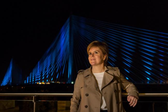 Первый министр Шотландии Никола Стерджен у моста Квинсферри-кроссинг в день его приемки 29 августа 2017. Фото предоставлено Transport Scotland