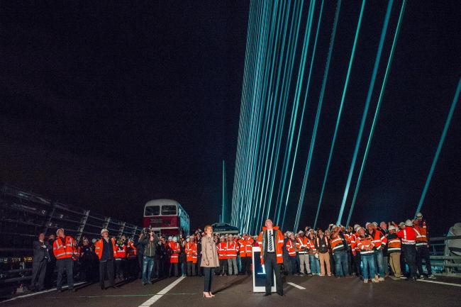 Первый министр Шотландии Никола Стерджен и команда строителей и проектировщиков на мосту Квинсферри-кроссинг в день его приемки 29 августа 2017. Фото предоставлено Transport Scotland
