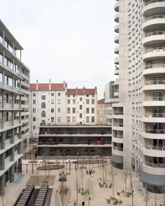 Квартал А3 в районе Конфлюанс. Слева – В6 Кристиана Кереца и В2 AFAA; в центре – В4 Мануэля Херца; справа – В1 AFAA и В5 Herzog & de Meuron © Maxime Delvaux