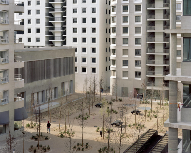Квартал А3 в районе Конфлюанс. Вид из крытого прохода у В2 AFAA; слева направо: В5 HdM, В9 (бывший цветочный рынок) Дидье Дальма, В7 и В8 Татьяны Бильбао и В6 Кристиана Кереца © Maxime Delvaux