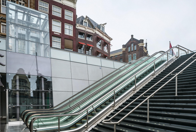 Станции линии метро «Север – Юг». Станция «Рокин». Фото © Jannes Linders