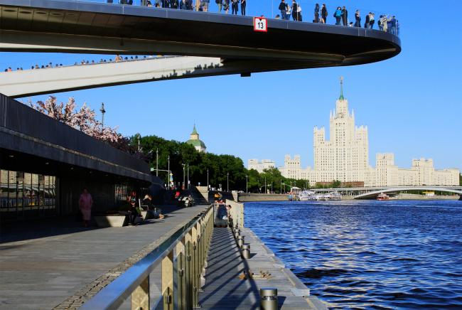 Москворецкая набережная в парке Зарядье. Фотография © Юлия Тарабарина, Архи.ру, 09.2017