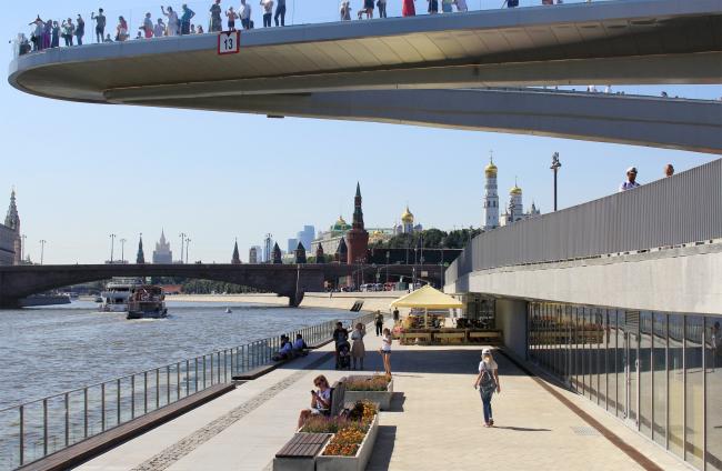 Москворецкая набережная в парке Зарядье. Фотография © Юлия Тарабарина, Архи.ру, 08.2018