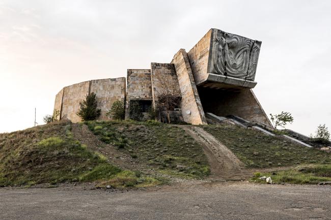 Археологический музей в Тбилиси (1988). Архитекторы: Шота Кавлашвили, Шота Гванцеладзе, скульптор: Тенгиз Кикалишвили © Stefano Perego
