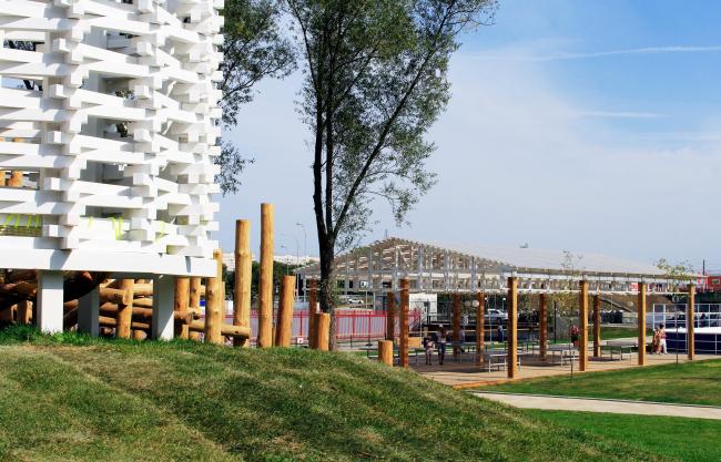 Справа – павильон для настольного тенниса. Реконструкция набережной реки Упы, Тула. 2017-2018 © WOWHAUS, Фотография: Ю.Тарабарина, Архи.ру