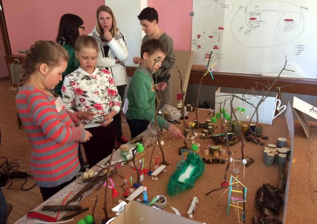 Работа над игровым макет, созданный детьми и их родителями в 2017 году. Фотография предоставлена бюро «Дружба»