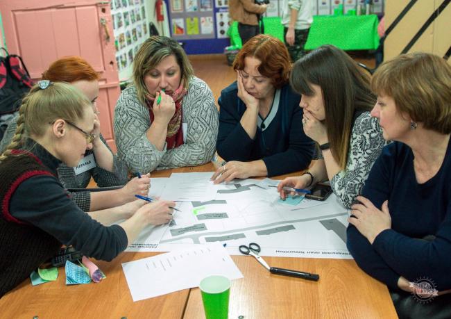 Обсуждение проекта с активистами и руководителями образовательных центров, расположенных рядом со сквером . 2018 г. Фотография предоставлена бюро «Дружба»