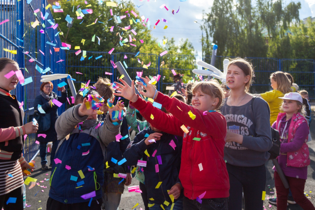 Праздник во время открытия сквера на фестивале «Арт-Овраг 2018». Фотография предоставлена бюро «Дружба»
