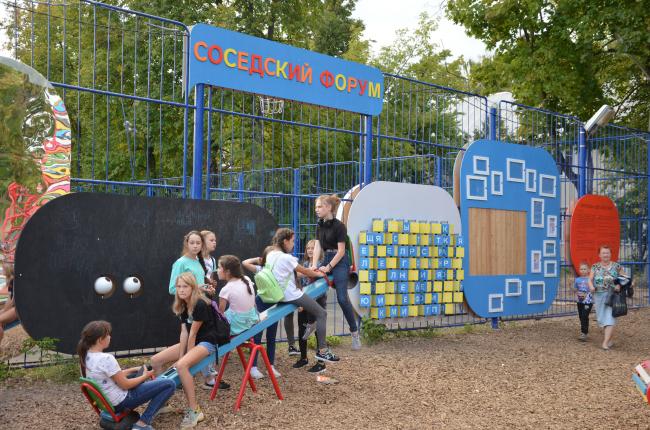 Игровая зона рядом с оградой спортивной школы. Фотография: Алексей Народицкий. ©Арт-Овраг