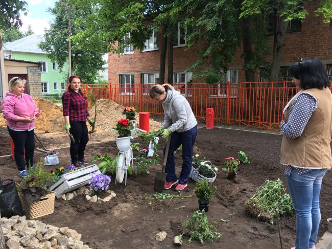 Озеленение сквера жителями соседних домов, при поддержке местного цветочного магазина, после открытия площадки. Фотография предоставлена бюро «Дружба»