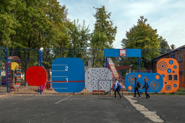 Оформление ограды спортивной школы. Фотография: Алексей Народицкий. ©Арт-Овраг