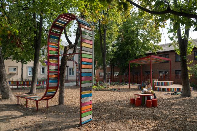 Открытие сквера на фестивале «Арт-Овраг 2018». Каждый объект сквера основан на идеях и образах, которые были предложены детьми и их родителями на общих семнарах в 2017 году. Фотография предоставлена бюро «Дружба»