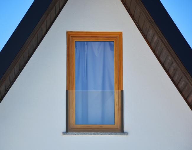 Внешнее защитное ограждение «Реалит» RPE 35 на окне частного дома. Фотография © Андрэ Бранко