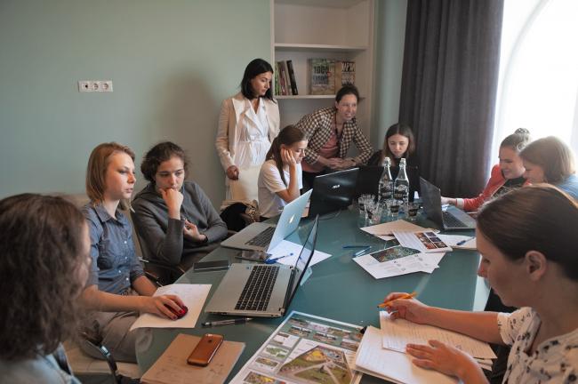 Студенты под руководством архитекоров работают во время воркшопа © Master's Plan