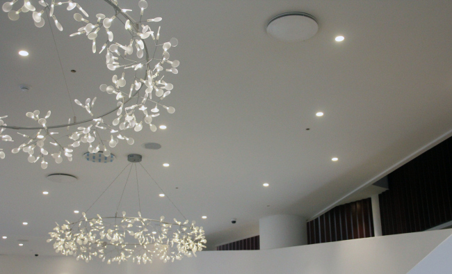 The chandeliers in the foyer. Zaryadye Concert Hall. Photograph © Archi.ru