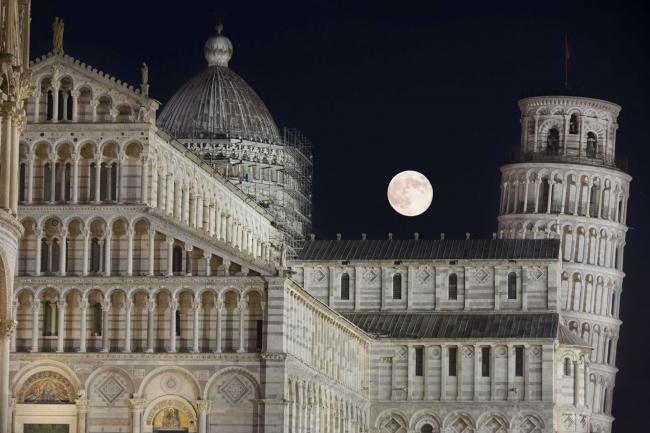 Поощрительная премия SIPA 2018. «Луна и падающая башня» © Марко Меньеро (Италия) / Marco Meniero