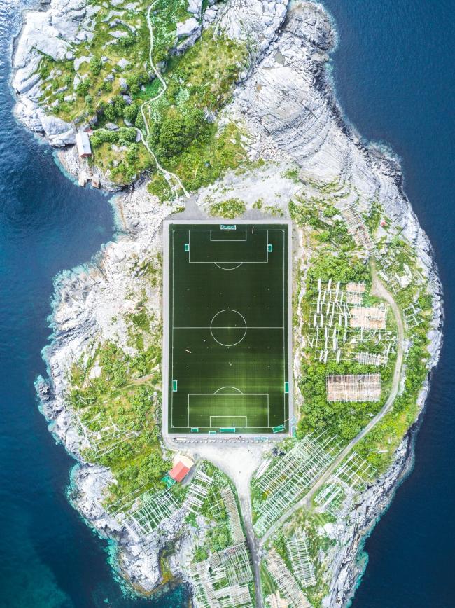 Второе место SIPA 2018. «Футбольное поле Хеннингсвера» (Хеннингсвер, Лофотенские острова, Норвегия) © Миша Де-Строев (Франция) / Misha De-Stroyev