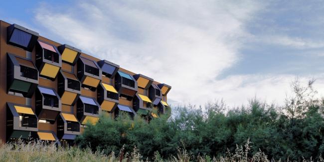 Комплекс социального жилья «Квартиры на берегу» © Ofis