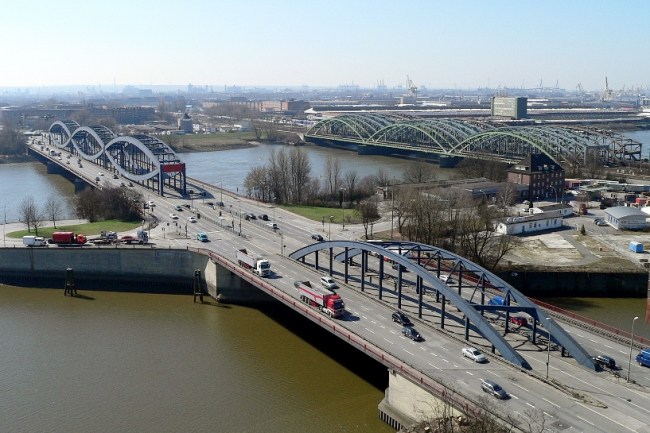 Мосты через Эльбу у места расположения станции метро. Снимок 2005 года. Фото: Wolfgang Meinhart, Hamburg (Wmeinhart) via Wikimedia Commons. Лицензии  Creative Commons Attribution-Share Alike 3.0 Unported, 2.5 Generic, 2.0 Generic, 1.0 Generic