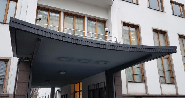 Козырек над «аркой»-въездом. Здание посольства Финляндии в Москве. Хилдинг Экелунд, 1935-1938. Фотография: Архи.ру