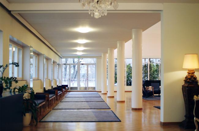 Ряд колонн, поставленных под углом для усиления перспективы; вид в сторону террасы. Здание посольства Финляндии в Москве. Хилдинг Экелунд, 1935-1938. Фотография: Архи.ру