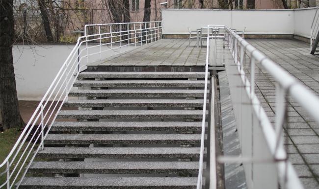 Лестница, спускающаяся с террасы. Здание посольства Финляндии в Москве. Хилдинг Экелунд, 1935-1938. Фотография: Архи.ру