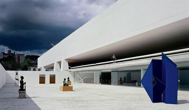 Музей Оскара Нимеера, Куритиба, Бразилия. Более ранняя часть комплекса, бывший вуз, теперь отвечает самым последним музейным стандартам. Здесь три этажа: магазины, рестораны, экспозиционные залы. Фото: Nelson Kon / Photofoyer
