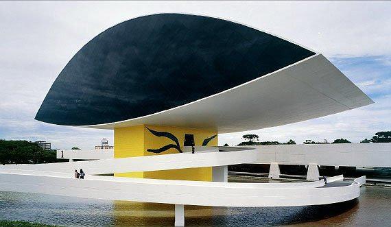 Музей Оскара Нимеера, Куритиба, Бразилия. К «оку» ведет «танцующий» пандус. Фото: Nelson Kon / Photofoyer