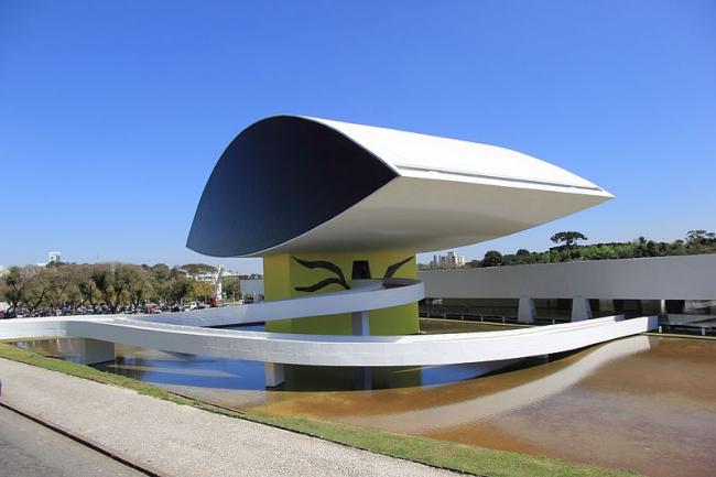 Музей Оскара Нимеера, Куритиба, Бразилия. Фото: Halley Pacheco de Oliveira via Wikimedia Commons. Лицензия CC-BY-SA-3.0