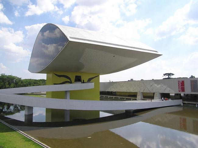 Музей Оскара Нимеера, Куритиба, Бразилия. Фото: Morio de Oliveira via Wikimedia Commons. Лицензия GNU Free Documentation License, Version 1.2