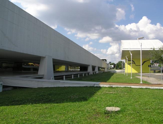 Музей Оскара Нимеера, Куритиба, Бразилия. Фото: Morio via Wikimedia Commons. Лицензия GNU Free Documentation License, Version 1.2