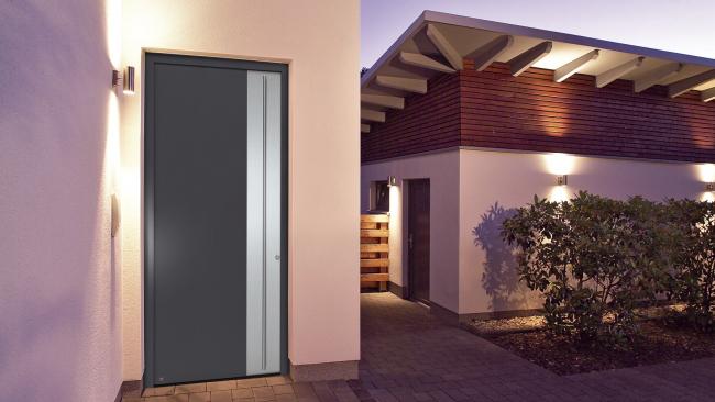 Алюминиевая входная дверь Hörmann ThermoSafe с коэффициентом теплоизоляции UD до 0,8 Вт/(м2∙K), а также с защитным оснащением RC3. Теперь эта модель поставляется также высотой до 2,5 метров © Hörmann