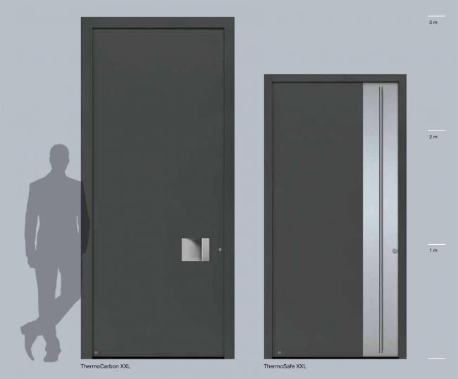 Входные алюминиевые двери Hörmann ThermoSafe и ThermoCarbon теперь также поставляются высотой до потолка – до 2,5 и 3 метров соответственно. Благодаря им вход в дом будет выглядеть еще более респектабельно и современно © Hörmann