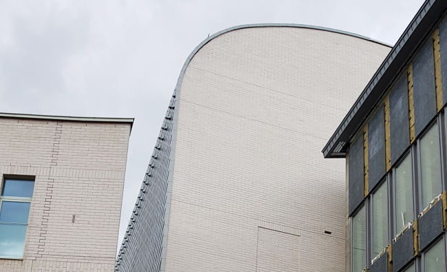 Слева – фасад общежития учеников, справа – внешний торец сцены 2 очереди. Академия танца под руководством Бориса Эйфмана