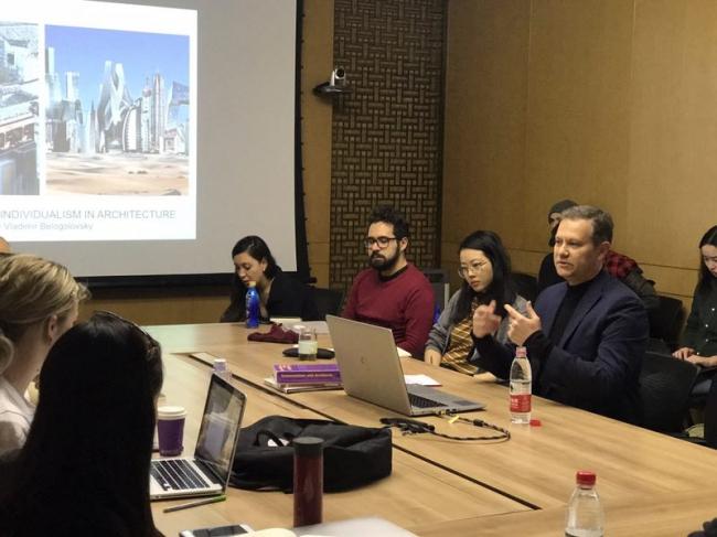 Владимир Белоголовский и студенты его программы в университете Цинхуа в Пекине.