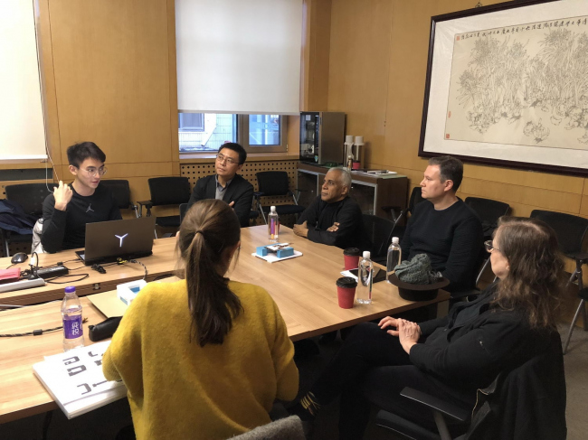 Профессора и студенты в университете Цинхуа в Пекине.