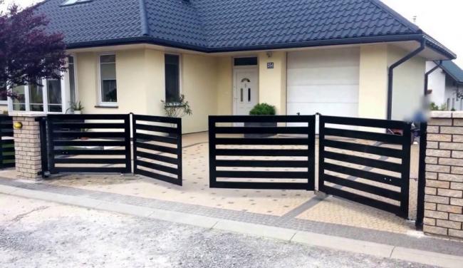 Складные ворота (гармошка).  Фото с сайта компании «ЗАБОР-МОДЕРН РУ»