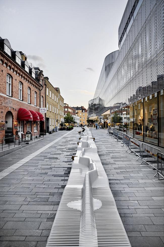 Скамейка на Forumstorget © White Arkitekter