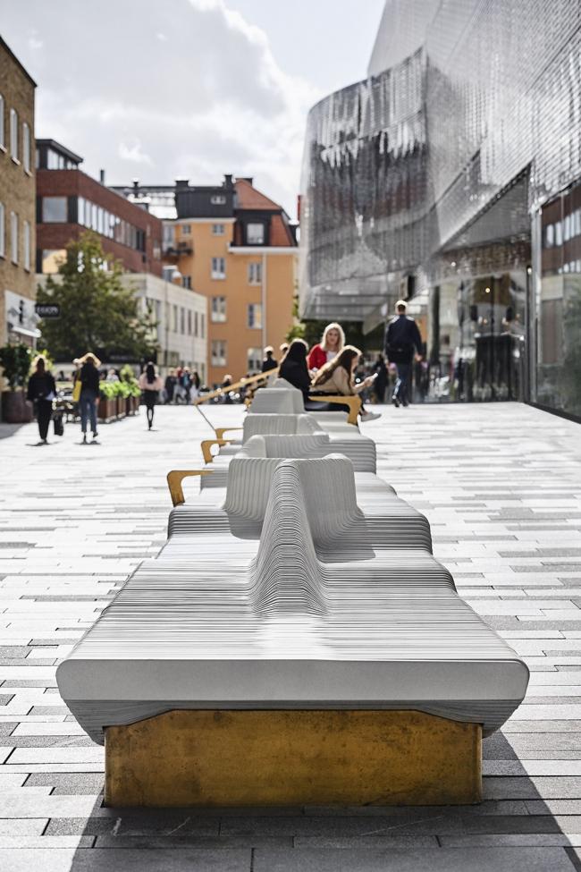 Скамейка на Forumstorget. Фотография © Måns Berg. Предоставлена White Arkitekter