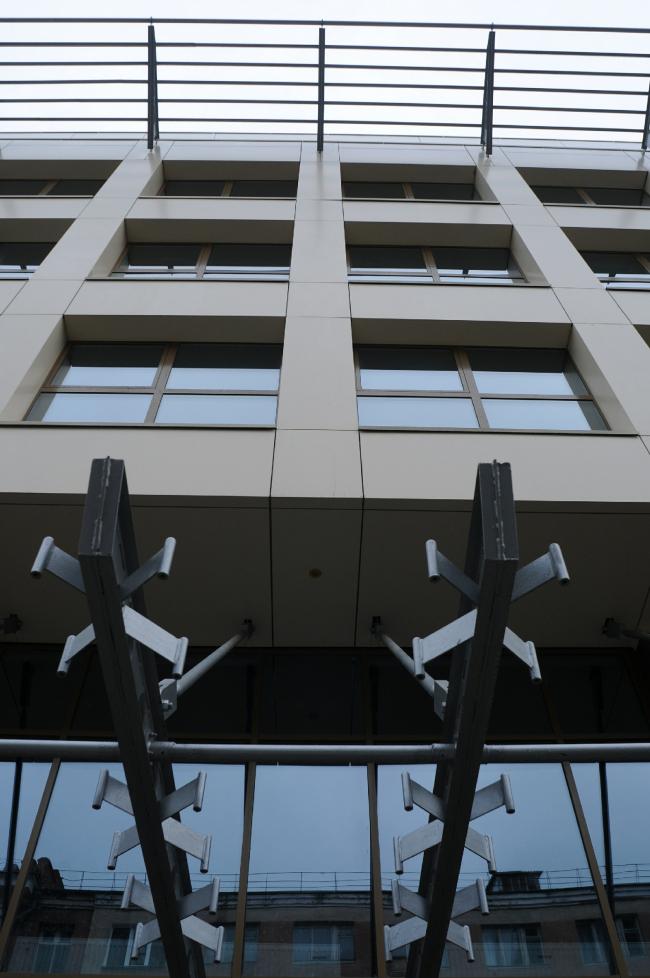 Общественно-деловой комплекс в ЦАО города Омска. Вид снизу на козырек здания