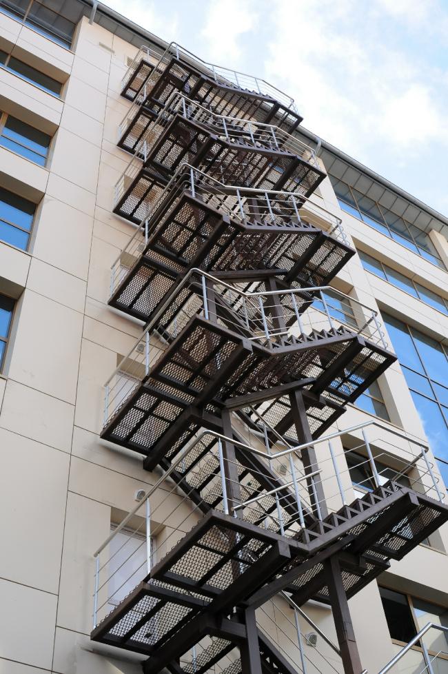 Общественно-деловой комплекс в ЦАО города Омска. Лестница наружная в ракурсе