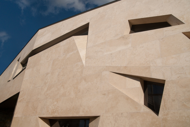 Дом «Пружина»: Западный фасад. Стена летней кухни и террасы с камином