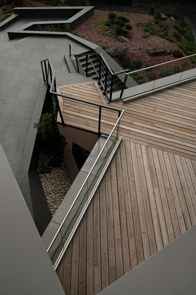 Дом «Пружина»: вид с террасы третьего этажа во двор