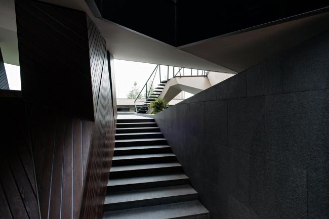 Дом «Пружина»: выход из первого этажа во двор