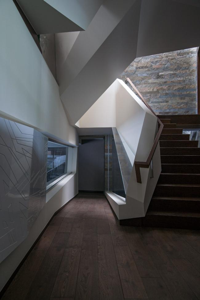 Дом «Пружина»: мост над бассейном, начало лестницы