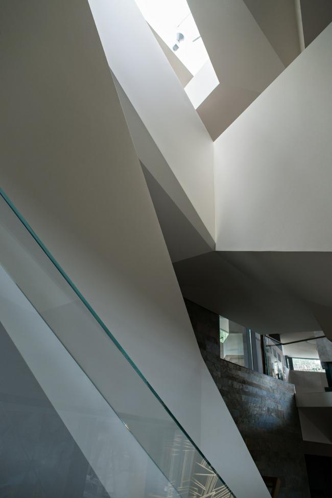 Дом «Пружина»: вид с моста на фонарь