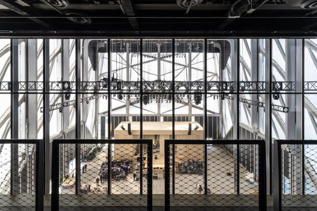 Культурный центр The Shed – здание Bloomberg. Монтаж сцены для концертов Soundtrack of America в зоне McCourt