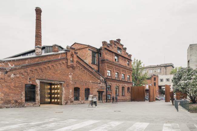 Слева катушечный корпус, выставочный зал, справа заводоуправление XIX века и пилоны главного входа с Кожевенной улицы. Севкабель ПОРТ / проект АБ «Хвоя»